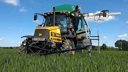 Field test of a new sensor for detecting yellow rust in wheat at an early stage (Photo: Hamdorf/ATB)