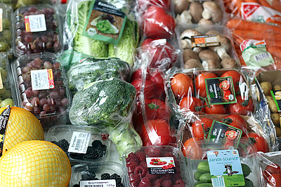 Pre-packaged fruit and vegetables in retail trade (Photo: Foltan)