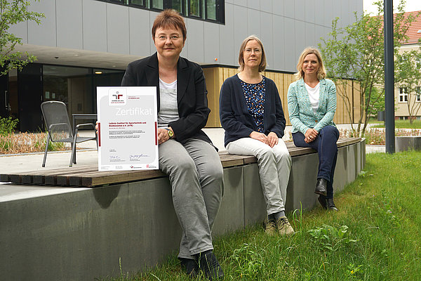 On behalf of all ATB colleagues* who are committed to the reconciliation of work and family at ATB: Dr. Karin Hassenberg (Works Council ATB), Dr. Ulrike Praeger (Project Management buf at ATB), Simone Kuhnt (Human Resources) with the certificate (Photo: Lietze/ATB)